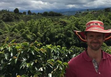 Pauligin raakakahvin hankinnasta vastaava András Koroknay-Pál kahvin alkuperämaassa Kolumbiassa.