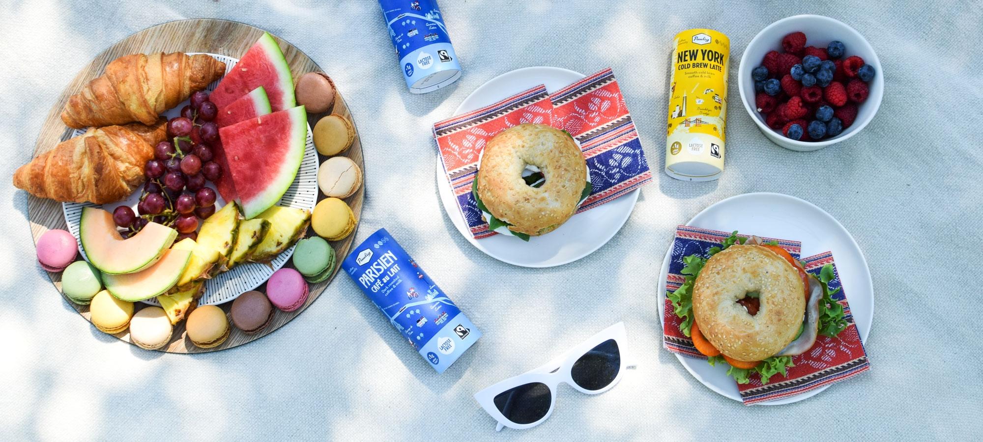 New Yorkista ja Pariisista inspiroituneessa piknik-kattauksessa on bageleita, croissantteja ja hedelmiä sekä tietenkin kaupunkikahvijuomat
