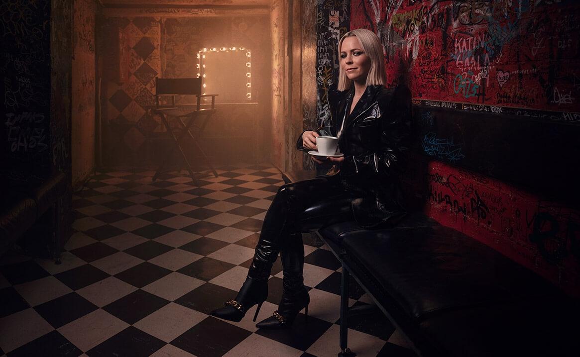 Suomalainen artisti Vesala istuu Tavastian backstagella mustassa asussa
