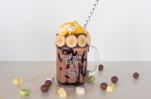 Koristeltu suklainen banaanipirtelö lasimukissa
